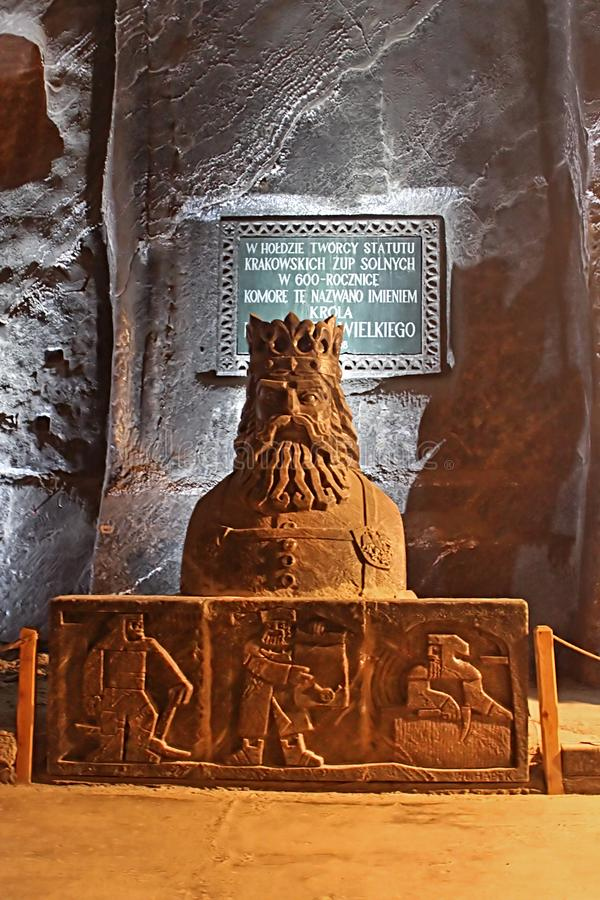 Статуя короля Casimir III большая в тринадцатом веке солевого рудника Wieliczka, один из солевых рудников мира самых старых, Wiel стоковая фотография