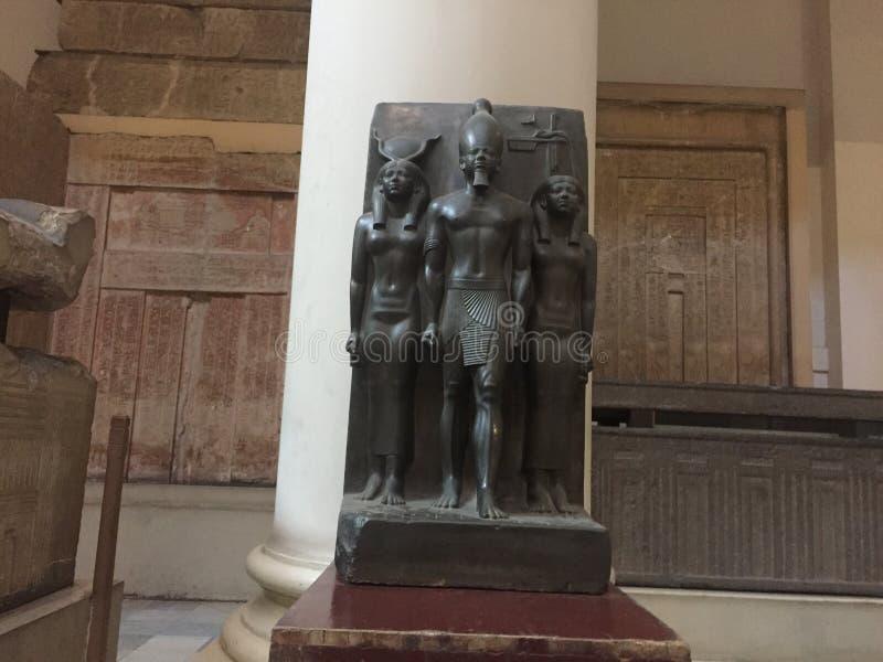 Статуя короля Menkaure Триады, небольшой построитель пирамиды стоковые изображения rf