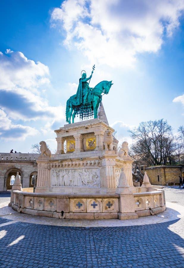 Статуя короля St Stephen и башни рыболовов на церков Matthias, Будапеште стоковая фотография