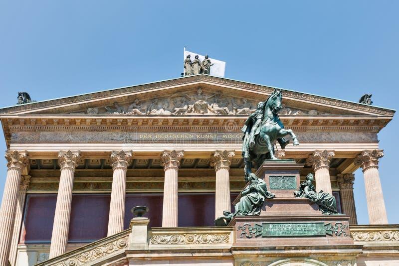 Статуя короля Wilhelm и старой национальной галереи berlin Германия стоковые изображения rf