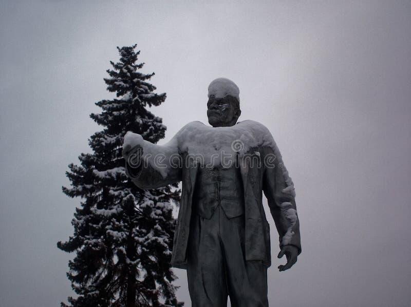 Статуя Ленина в снеге против облачного неба стоковые изображения rf