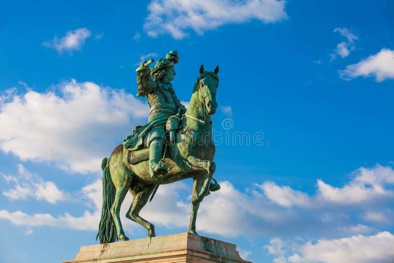 Статуя Луис XIV на дворце Версаль в замерзая зимнем дне только перед весной стоковая фотография rf