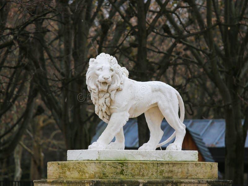 Статуя льва в Jardin de Люксембурге, Париже, Франции стоковые изображения