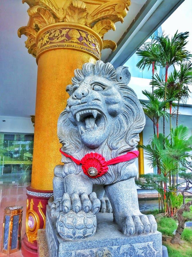 статуя льва перед гостиницой стоковые изображения