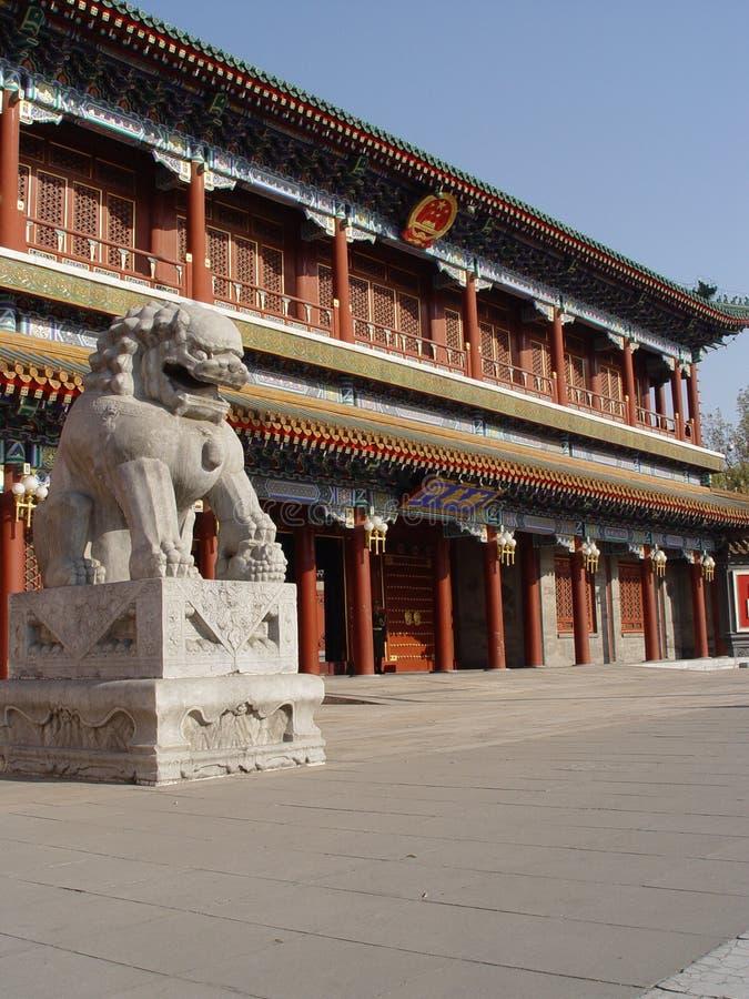 статуя льва фарфора Пекин стоковое изображение rf