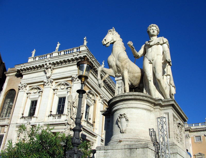 Статуя Марк Antony и его лошади вверх по шагам водя к Palatino в Риме стоковые изображения