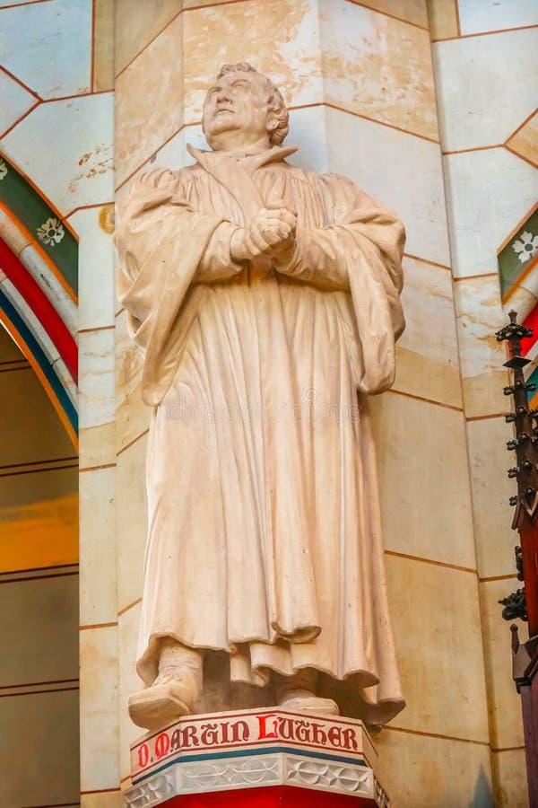 Статуя Мартина Luther вся церковь Schlosskirche Witt замка Святых стоковые изображения
