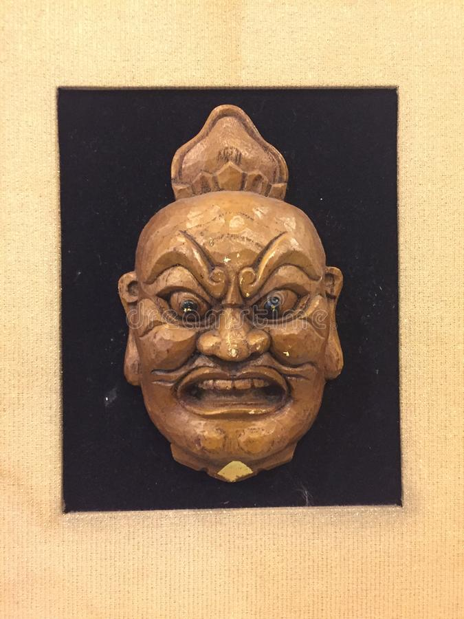 Статуя маски дьявола на стене стоковые фотографии rf