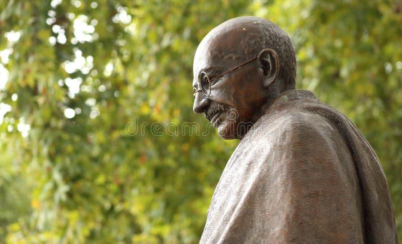 Статуя Махатма Ганди в Лондоне, парламенте придает квадратную форму стоковое изображение