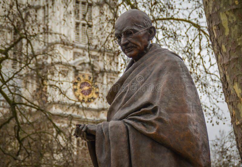 Статуя Махатма Ганди, парламент придает квадратную форму стоковые фото