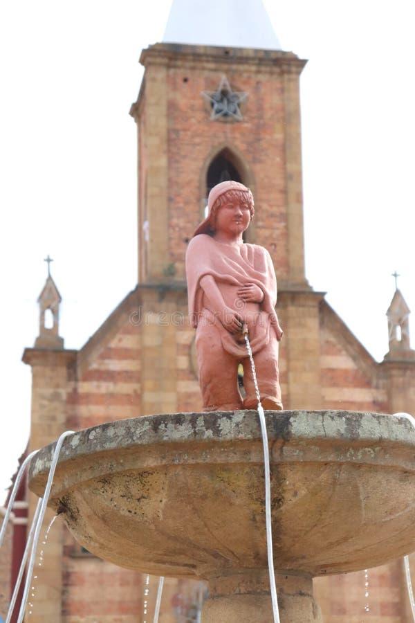 Статуя мочиться мальчик сделанная в глине стоковые изображения rf
