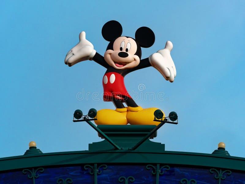 Статуя мыши mickey против светлого - предпосылка голубого неба на ярмарке Диснейленда стоковые изображения rf