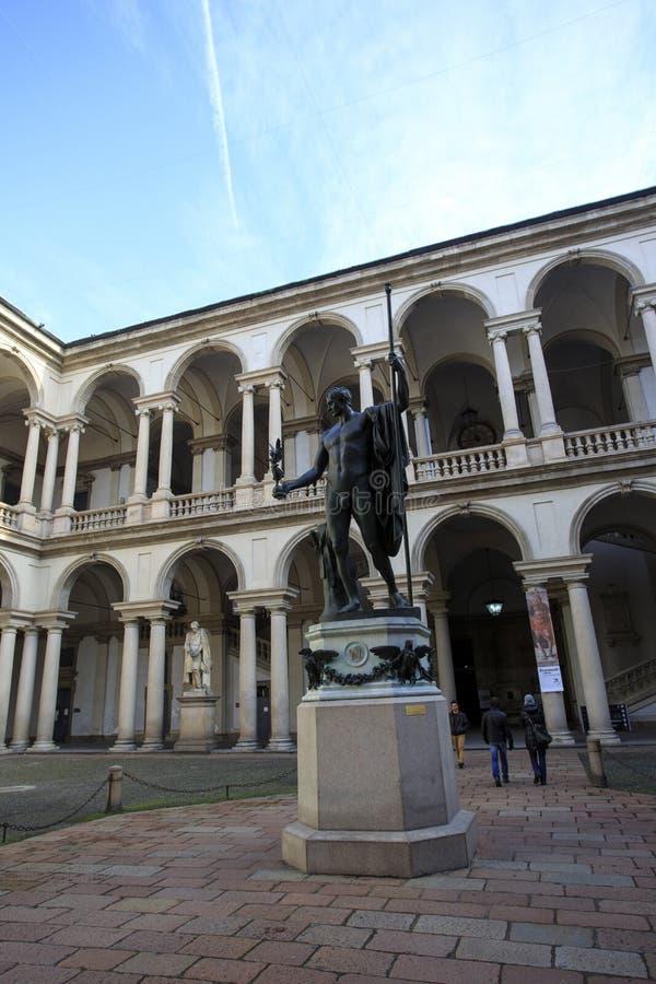 Статуя Наполеона и некоторые люди вокруг стоковые фото