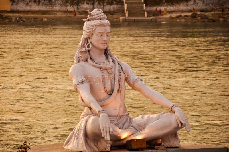 Статуя на Ганге, Rishikesh Shiva, Индия стоковые изображения