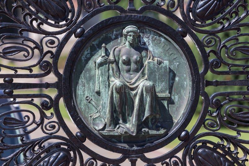 Статуя на стробе на дворце Гааге Нидерланд свободы Международного суда стоковое изображение rf
