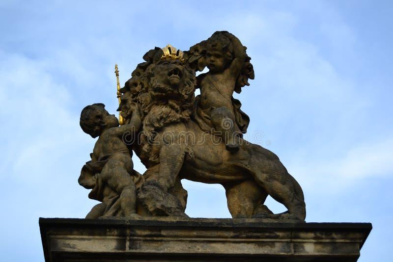 Статуя на стробе к замку Праги стоковые изображения rf