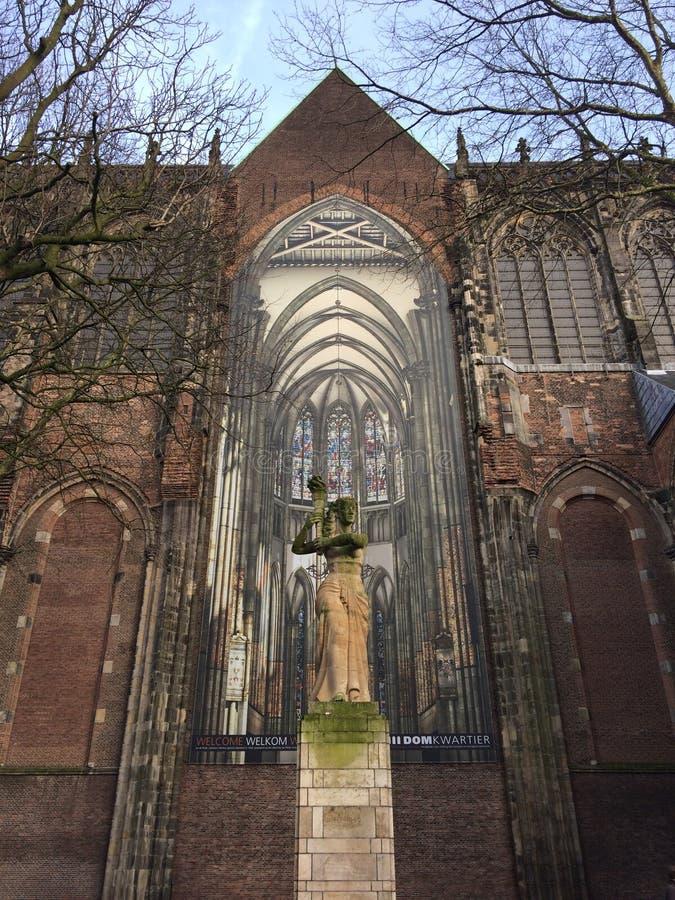 Статуя на Domplein в Utrecht, Нидерланд стоковые изображения