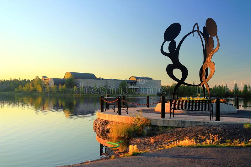 Статуя на Sombe K& x27; парк e и гражданская площадь с центром наследия Принца Уэльский северным, Йеллоунайф стоковое изображение