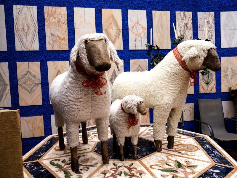 Статуя овец в тропическом саде на Monte над Фуншалом Мадейрой стоковое изображение rf