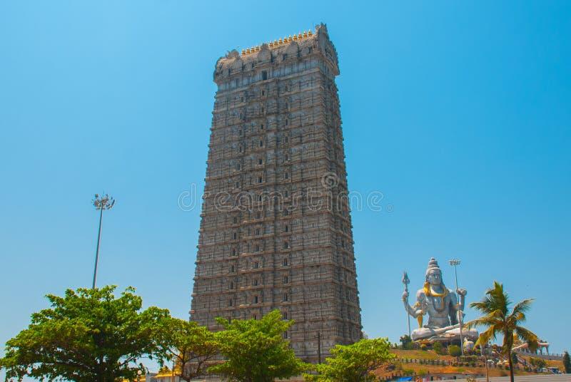 Статуя лорда Shiva в Murudeshwar Башня Gopuram раджи Висок в Karnataka, Индии стоковая фотография