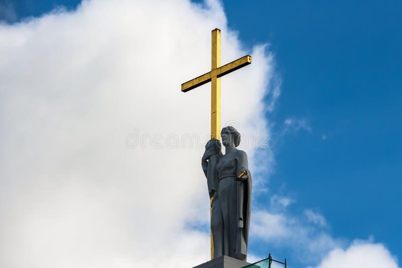 Статуя Острова Св. Елена на фасаде базилики собора St Stanislaus и St Vladislaus стоковая фотография