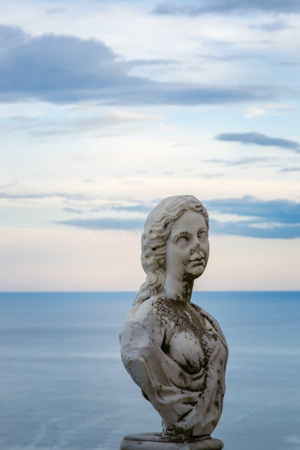 """Статуя от бельведера, infinito женщин так называемого Dell Terrazza """", терраса безграничности увиденная на заходе солнца, вилле C стоковая фотография"""