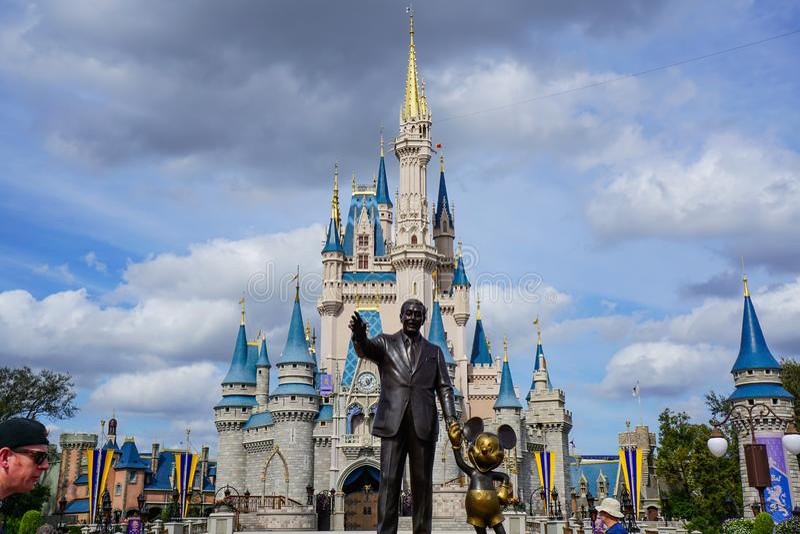 Статуя партнеров Уолт Дисней и мыши Mickey перед замком Cinderellas стоковые фотографии rf