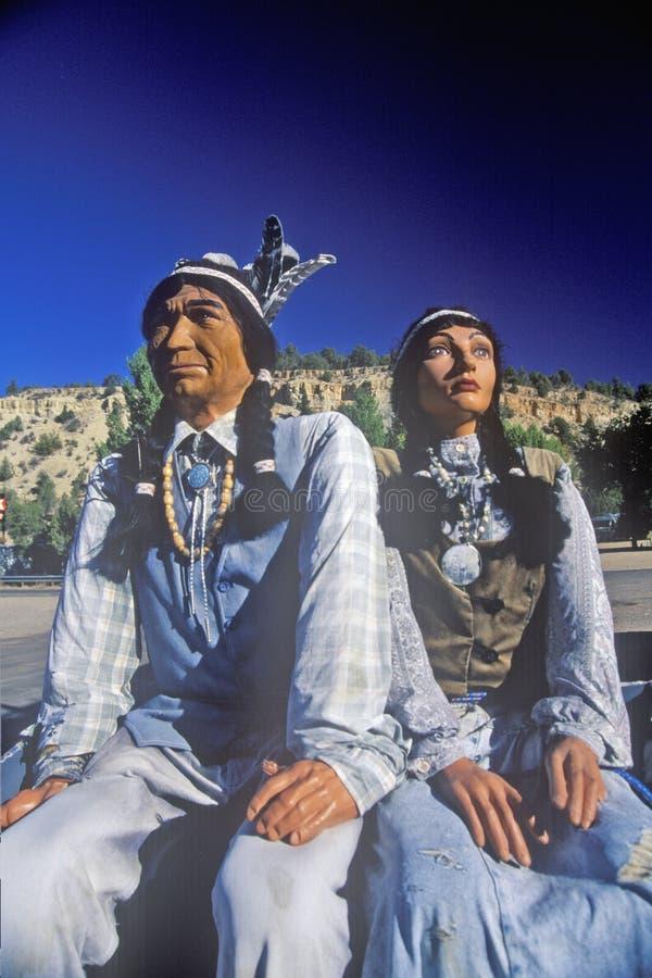 Статуя пар коренного американца в родном наряде, восточном Сионе, UT стоковое изображение