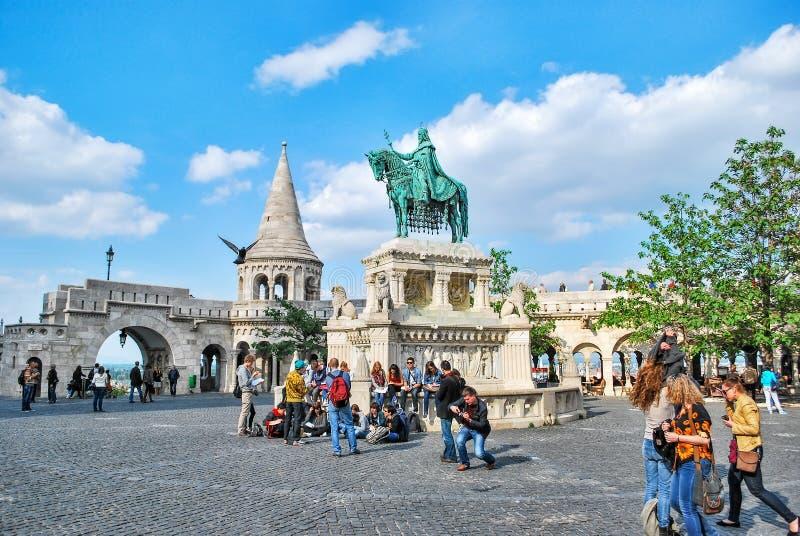 Статуя первого венгерского короля St Stephen i в бастионе рыболова в Будапеште, Венгрии на день стоковое фото