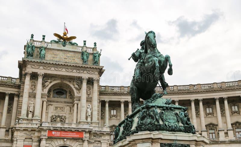 Статуя перед крылом Burg Neue во дворце Hofburg, Вене, Aus стоковые фото
