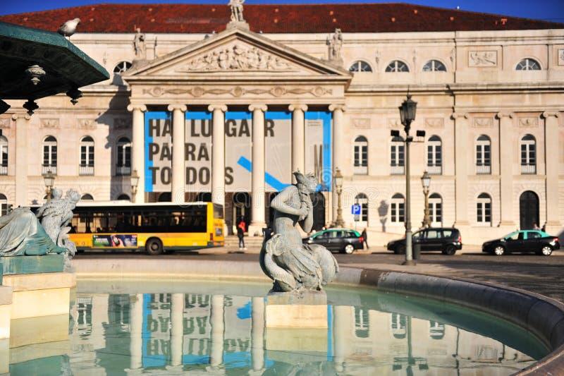 Статуя перед национальным театром Dona Мария II стоковые изображения