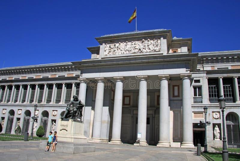 Статуя перед национальным музеем Prado в Мадриде, Испании стоковое фото