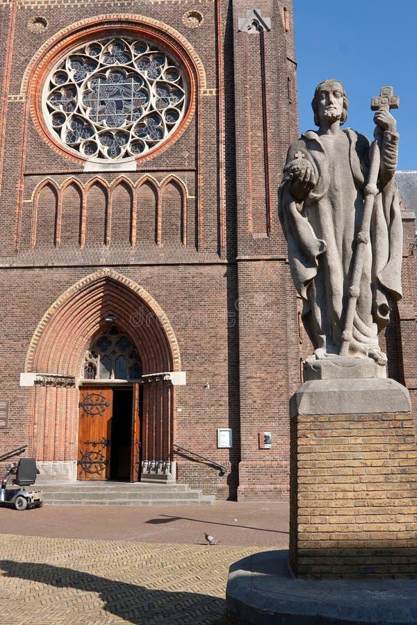 Статуя перед собором стоковое изображение