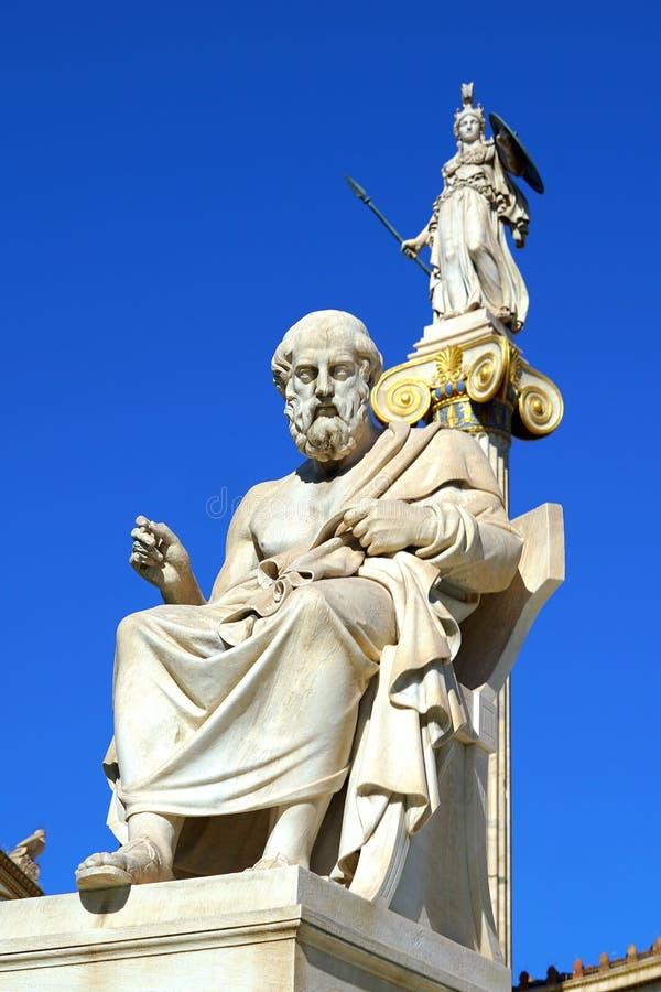 Статуя Платона и Афины перед университетом Athene стоковое изображение