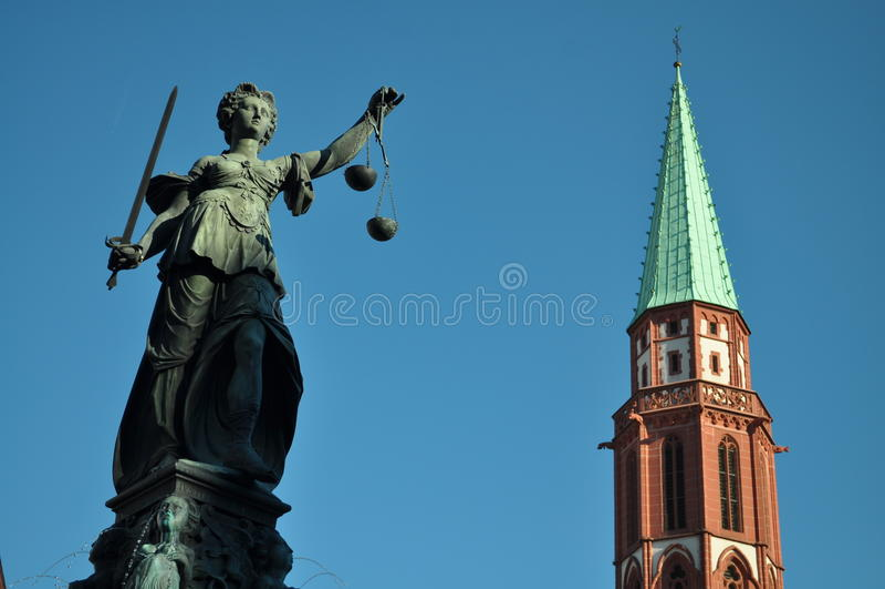 статуя повелительницы правосудия frankfurt немецкая стоковое фото rf