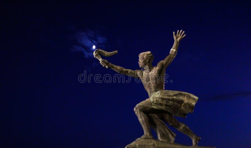 Статуя подателя факела с луной, Будапештом стоковая фотография rf