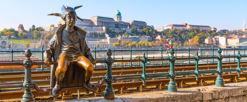 Статуя принцессы Шута значка Будапешта против панорамы Buda и голубого неба стоковое фото rf
