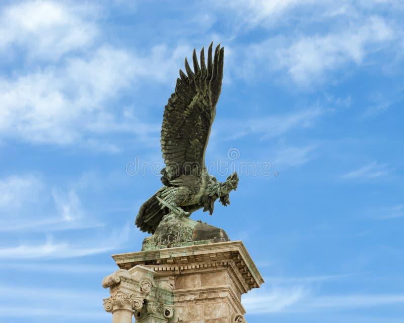 Статуя птицы Turul, королевский замок, Будапешт, Венгрия стоковая фотография rf