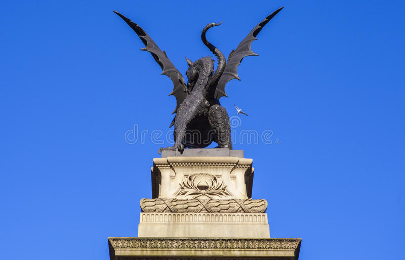 Статуя дракона отмечать место бара виска в Лондоне стоковая фотография
