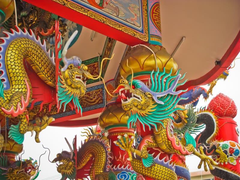 Статуя дракона фарфора золота на сдобренном входе стоковая фотография