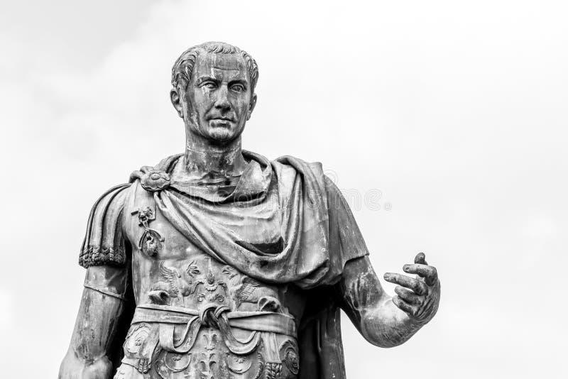 Статуя римского императора Жулиус Чаесар на римском форуме, Риме, Италии стоковое изображение