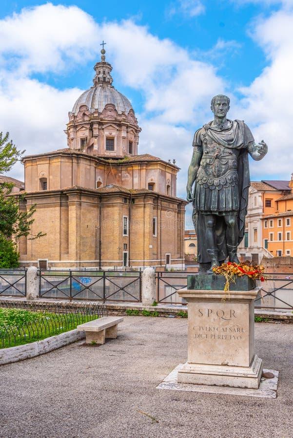 Статуя римского императора Жулиус Чаесар на римском форуме, Риме, Италии стоковое фото rf