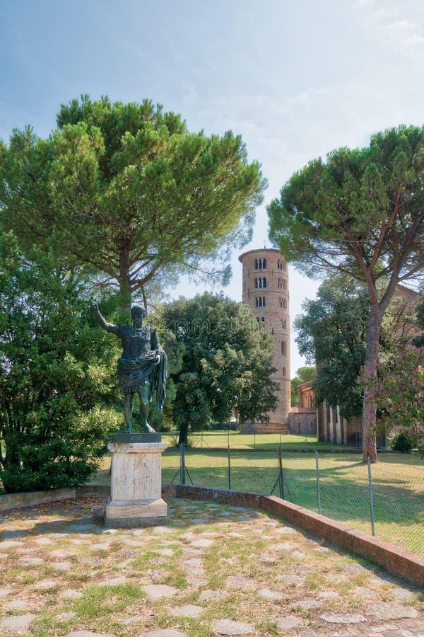 """Статуя римского императора Augustus на базилике Sant """"Apollinare в Classe в Равенне стоковое изображение rf"""