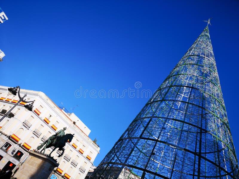 Статуя рождественской елки и Карлос III в квадрате Puerta del Sol в Мадриде, Испании стоковое фото