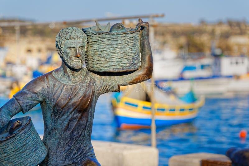 Статуя рыболова в Marsaxlokk, Мальте стоковое изображение rf