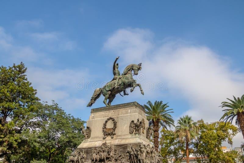Статуя Сан Мартина на квадрате Сан Мартина - Cordoba, Аргентине стоковые изображения rf