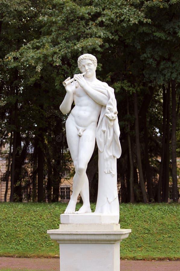 статуя сатира, более низкий голландский сад в парке Gatchina России дворца стоковые изображения rf