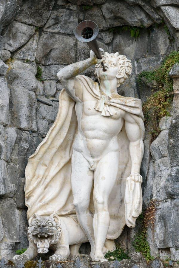 Статуя сатира с трубой в руке и льве на ногах в Mounta стоковая фотография