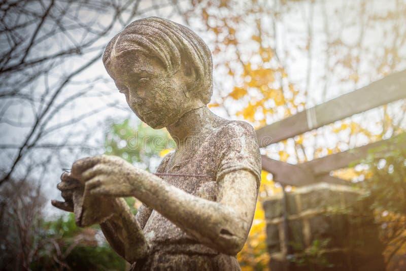 Статуя сада вязать женщины стоковые фотографии rf