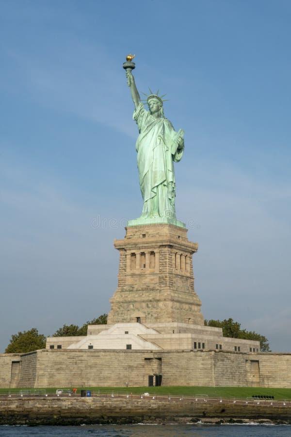 Статуя свободы и основание стоковая фотография rf